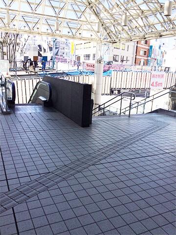アトレ内の通路を抜け、階段を降ります。