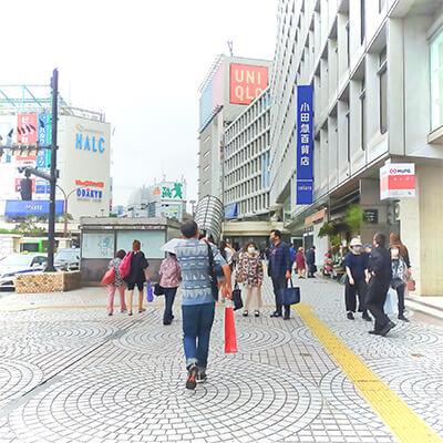 新宿駅西口改札を出て、地上へ上がります。
