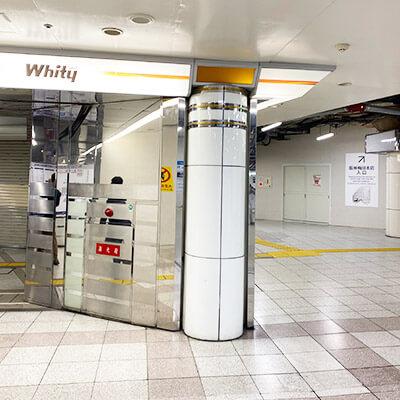 御堂筋出口からホワイティ梅田と阪神百貨店の間の道を進んで下さい。